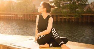 vrouw die Yin Yoga doet
