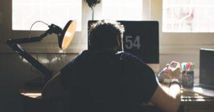 Lees waarom je 15 minuten stoelyoga op het werk nodig hebt